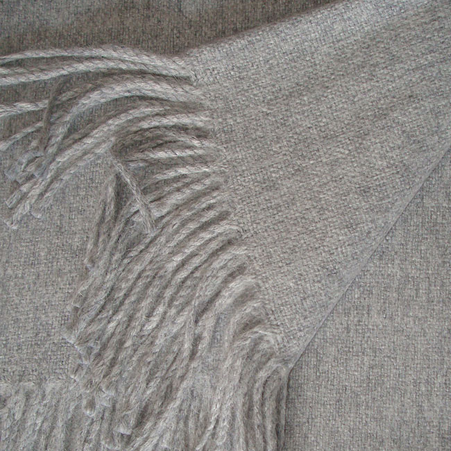 Warm Alpaca blend, classic throw Isidro in grey.