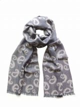 Scarf grey with paisley pattern and short fringes in a blend of baby alpaca and silk.