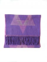 Scarf purple-pink with graphic pattern and fringes in baby alpaca.