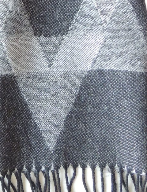 Scarf grey with graphic pattern and fringes in baby alpaca. Unisex